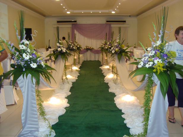 decoracao tudo branco:Repita o tom na embalagem dos bem casados e nas forminhas dos doces.